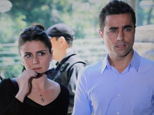 Claudia chega com Vicente (Foto: Aquele Beijo/TV Globo)