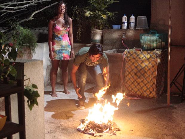 Leandro fica desesperado ao ver suas roupas no fogo (Foto: Fina Estampa/TV Globo)