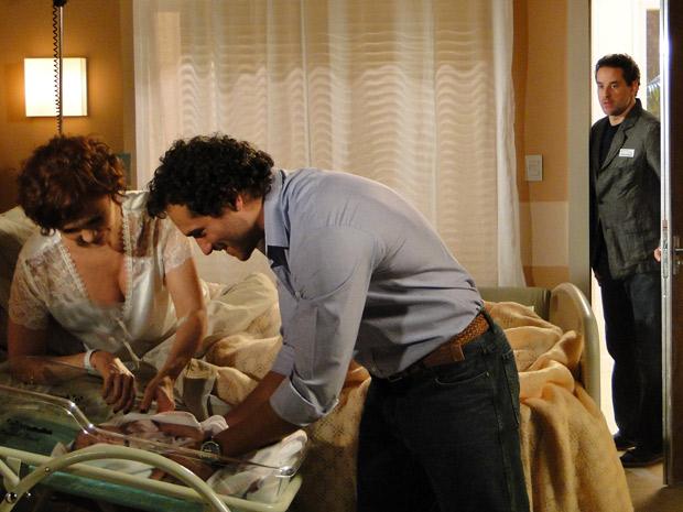 Paulo chega para visitar Esther na hora que ela vai amamentar a filha (Foto: Fina Estampa/ TV Globo)