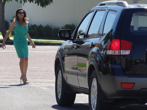 Na frente de casa, Griselda consegue frear a tempo de não atropelar Tereza Cristina (Foto: Fina Estampa/ TV Globo)