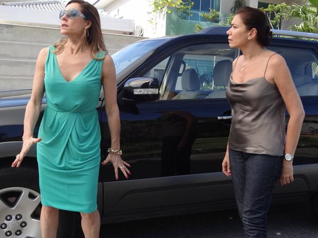 A socialite surta ao ser chamada de louca (Foto: Fina Estampa/ TV Globo)