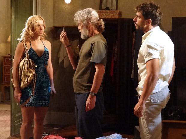 Teodora confessa que descobriu o tesouro (Foto: Fina Estampa/TV Globo)
