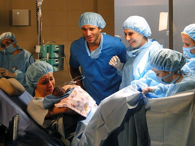 Esther se emociona ao ver a filha pela primeira vez (Foto: Fina Estampa / TV Globo)