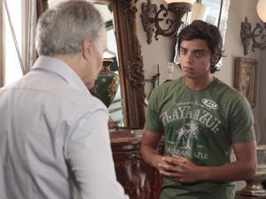 Leandro pede um lugar para ficar (Foto: Fina Estampa/TV Globo)