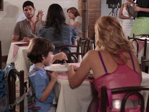 Wallace leva Zuleika para jantar e encontra Teodora ao lado de Quinzinho (Foto: Fina Estampa/ TV Globo)