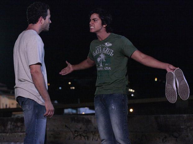 O rapaz não quer papo com o ex-namorado de sua mãe (Foto: Fina Estampa/TV Globo)