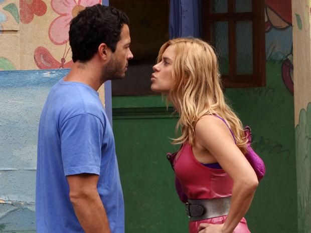 Teodora e Quinzé batem boca na porta da escola (Foto: Fina Estampa/ TV Globo)