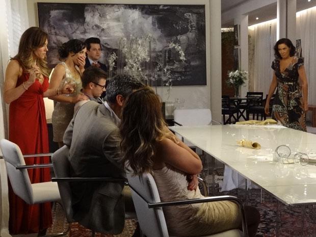 Griselda puxa a toalha da mesa de Tereza Cristina (Foto: Fina Estampa/TV Globo)