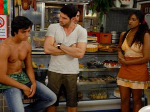 Leandro aceita o desafio (Foto: Fina Estampa/TV Globo)
