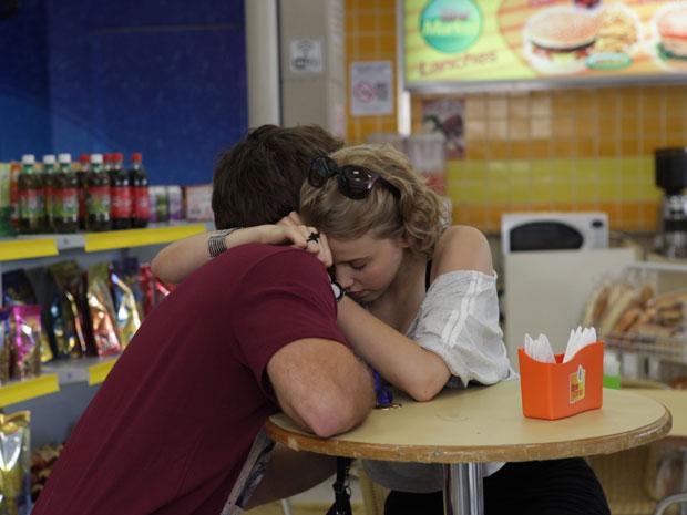 Babi consola Betão e os dois se abraçam (Foto: Malhação/TV Globo)
