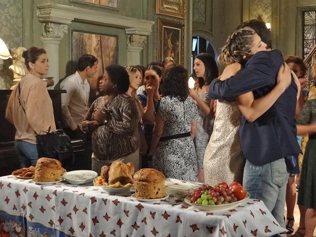 Lucena troca carinhos com Vicente para provocar Claudia (Foto: Aquele Beijo/TV Globo)