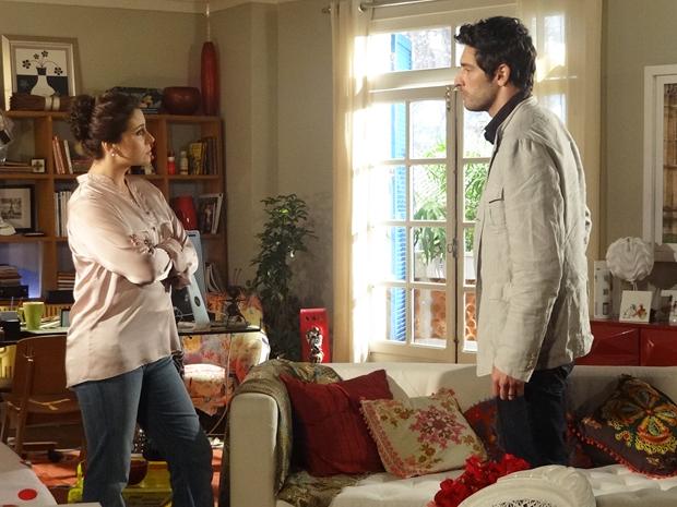 Claudia perdoa Rubinho, mas ainda quer a separação (Foto: Aquele Beijo/TV Globo)