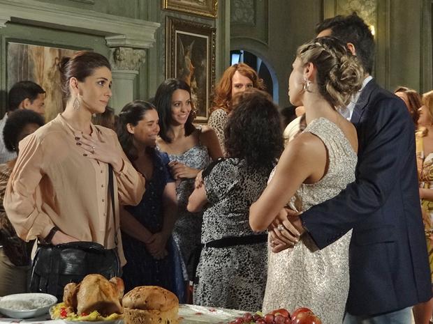 Claudia encontra com Vicente e Lucena na noite de Natal (Foto: Aquele Beijo/TV Globo)