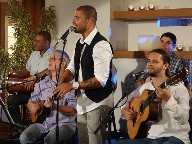 """Diogo Nogueira homenageia a aniversariante com a música """"Griselda"""" (Foto: Fina Estampa/TV Globo)"""