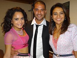 Dira e Carol prestigiam o sambista (Foto: Fina Estampa/TV Globo)