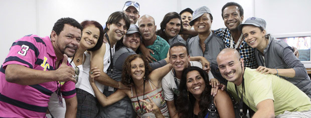 Eri Johnson recebe o carinho da equipe de Fina Estampa (Foto: Fina Estampa/ TV Globo)