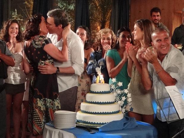 Griselda e René se beijam no meio do parabéns (Foto: Fina Estampa/TV Globo)
