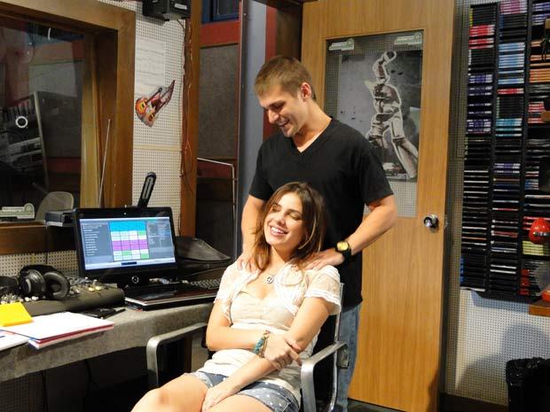 Tomas massagem  (Foto: Malhação / TV Globo)