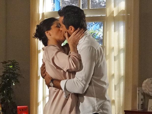 Vicente não resiste e beija Claudia (Foto: Aquele Beijo/TV Globo)