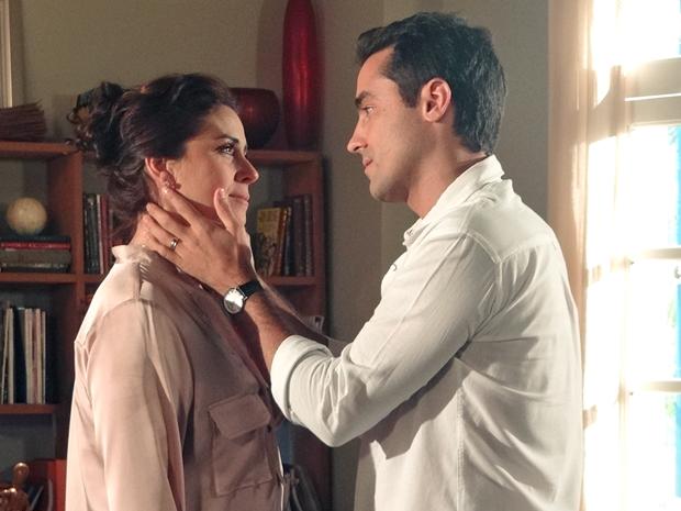 Vicente confessa que fantasia com o beijo trocado na Cartagena (Foto: Aquele Beijo/TV Globo)
