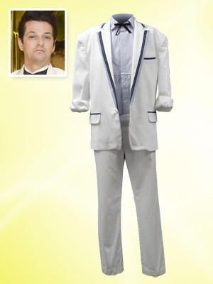 Crô usaria smoking branco com detalhes em azul com camisa azul clara e gravatinha borboleta (Foto: Fina Estampa/TV Globo)
