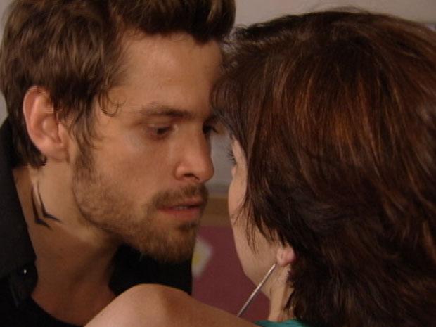 Moisés tenta se aproximar de Alexia mas ela não deixa (Foto: Malhação/TV Globo)