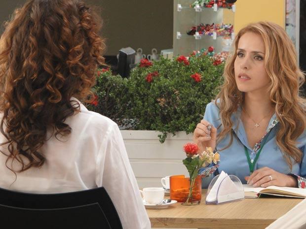 Celina desabafa com a amiga (Foto: A Vida da Gente / TV Globo)