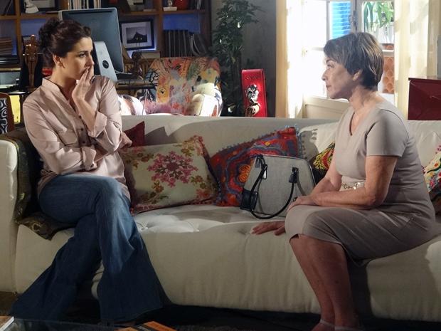 Regina conta para Claudia sobre o filho que Maruschka abandonou (Foto: Aquele Beijo/TV Globo)