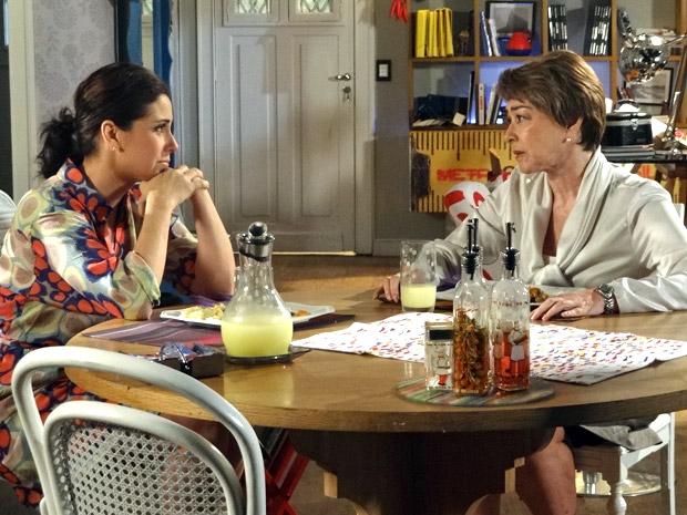 Claudia e Regina conversam no jantar (Foto: Aquele Beijo/TV Globo )