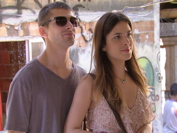 Cristal chega com Tomás na Comunidade dos Anjos (Foto: Malhação/TV Globo)