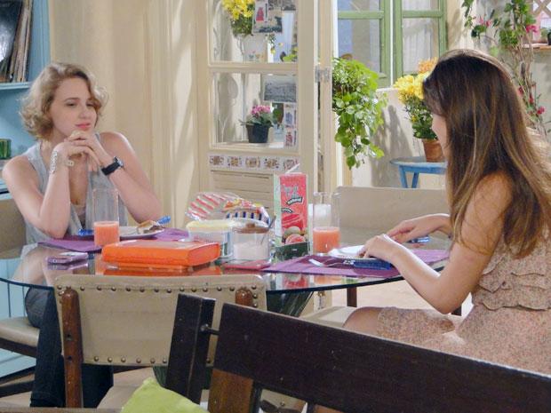 Babi confessa para Cristal que Betão mexe com ele (Foto: Malhação / TV Globo)