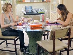 Cristal fica surpresa com declaração e incentiva a amiga a se entegrar (Foto: Malhação / TV Globo)