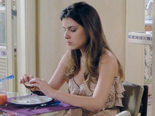 Cristal fica chateada quando Gabriel passa direto por ela (Foto: Malhação / TV Globo)