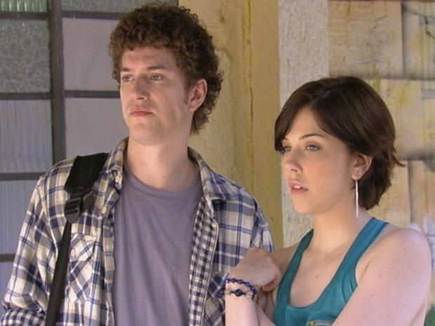 Gabriel chega com Alexia e fica bolado de ver a namorada com Tomás (Foto: Malhação/TV Globo)