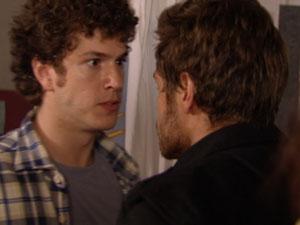Gabriel enfrenta Moisés para defender Alexia (Foto: Malhação/TV Globo)