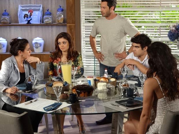 Antenor reprova o romance da mãe (Foto: Fina Estampa/ TV Globo)