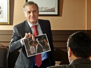 Henrique mostra a foto (Foto: Aquele Beijo/TV Globo)