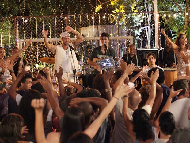 Dieguinho e Jefferson tocam ao lado do cantor e são aplaudidos pela multidão (Foto: Malhação / TV Globo)