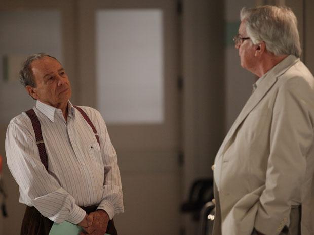 Laudelino conta para Wilson e pede segredo (Foto: A Vida da Gente - Tv Globo)