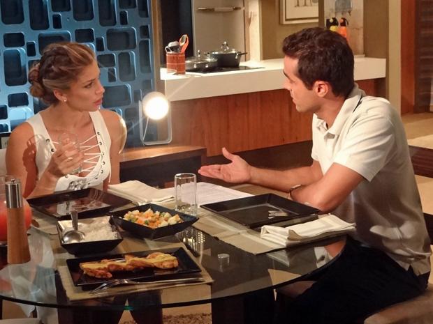 Vicente se irrita ao saber que Lucena vai continuar como modelo da Comprare (Foto: Aquele Beijo/TV Globo)
