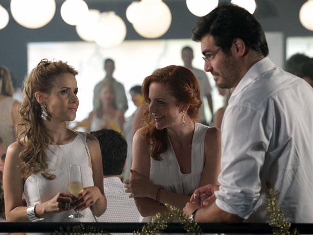 Celina tenta animar Lúcio na festa da virada (Foto: A Vida da Gente - Tv Globo)