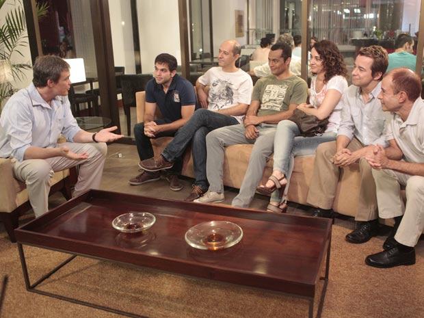 René dá a novidade ao grupo (Foto: Fina Estampa/TV Globo)