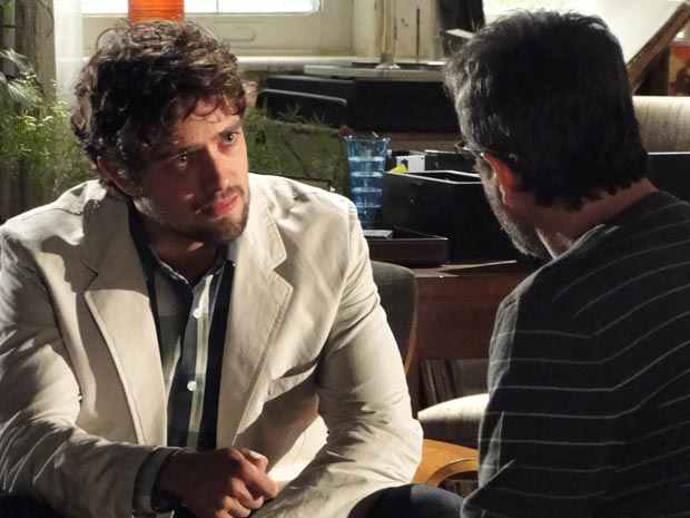 Aos prantos, Rodrigo conta a traição a Lourenço (Foto: A Vida da Gente/TV Globo)