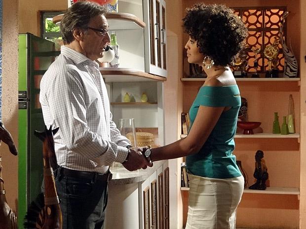 Alberto e Sarita conversam (Foto: Aquele Beijo/TV Globo)