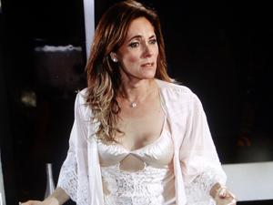 Tereza Cristina vê Pereirinha na cama dela (Foto: Fina Estampa/ TV Globo)