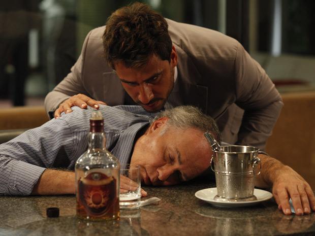 Barinski desmaia no bar do hotel e Enzo consegue todas as informações necessárias (Foto: Fina Estampa/TV Globo)