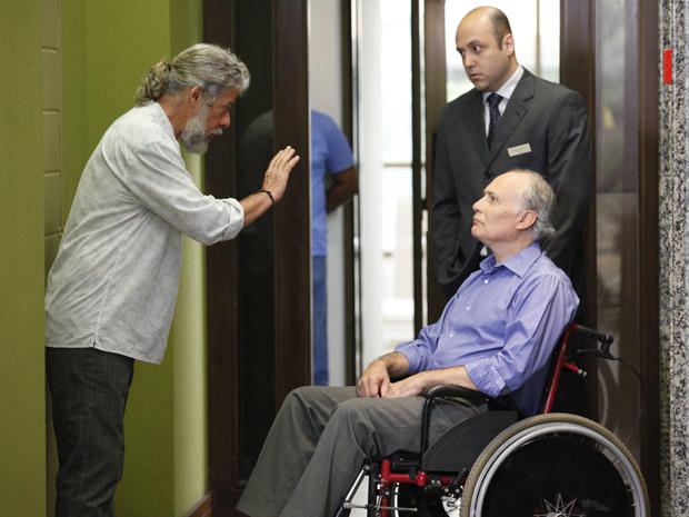Pereirinha encontra Barinski no hotel e fica apreensivo (Foto: Fina Estampa/TV Globo)