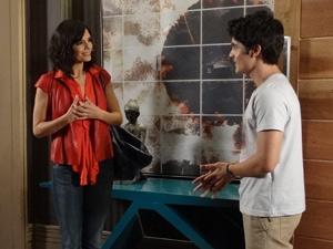 Chiara quer ficar perto do filho Fábio (Foto: Fina Estampa/TV Globo)