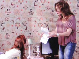 Laura mostra a Débora o extrato que imprimiu, com a mesma mancha do extrato que Guido entregou a ela (Foto: Malhação / TV Globo)