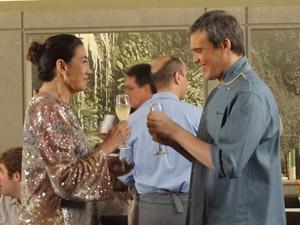 Enfim, René e Griselda brindam o novo restaurante (Foto: Fina Estampa/TV Globo)